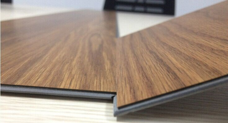 Sàn gỗ thích hợp cho công trình trong nhà còn sàn nhựa thích hợp với các công trình ngoài trời
