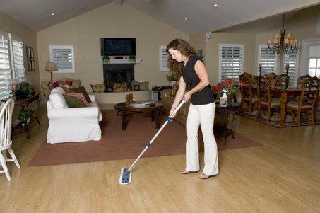 Vệ sinh sàn gỗ đúng cách giúp sàn gỗ đẹp và mới lâu hơn